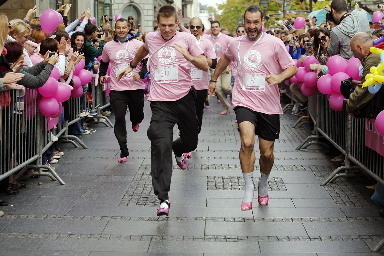 Trka muškaraca na štiklama u borbi protiv raka dojke